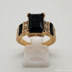 Joyeria - Anillo tipo solitario chapado en oro de 18k, circonitas y azabache talla esmeralda engarzado . - 140278610