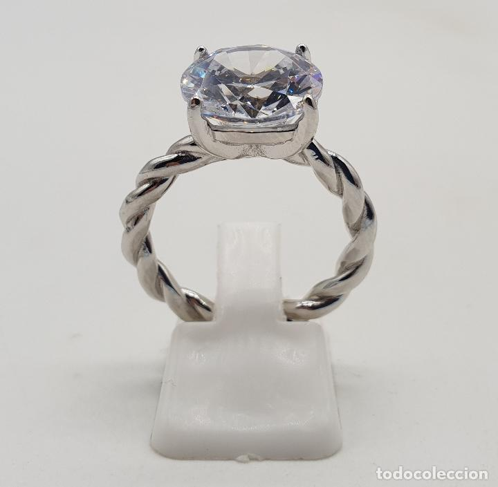 Joyeria: Bella sortija tipo compromiso en plata de ley torneada con gran circón talla diamante engarzado . - Foto 3 - 140280446
