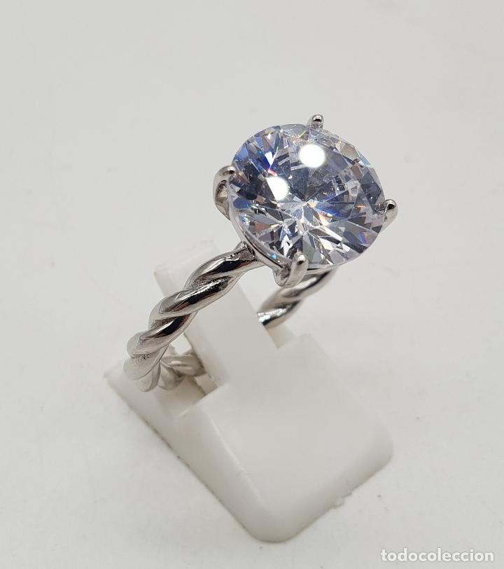 Joyeria: Bella sortija tipo compromiso en plata de ley torneada con gran circón talla diamante engarzado . - Foto 4 - 140280446