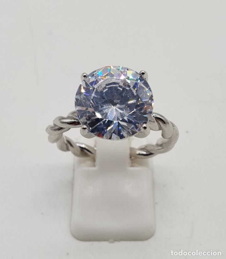 Joyeria: Bella sortija tipo compromiso en plata de ley torneada con gran circón talla diamante engarzado . - Foto 5 - 140280446