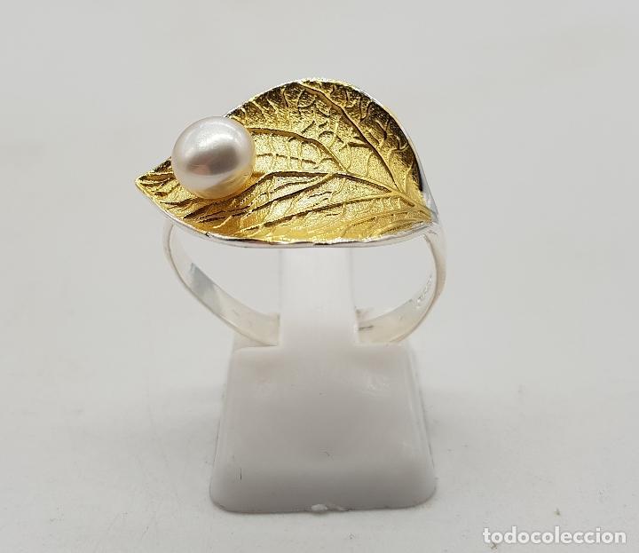 Joyeria: Sortija en plata de ley y oro de 18k con forma de hoja y perla simulando gota de agua, hecho a mano - Foto 3 - 112467359