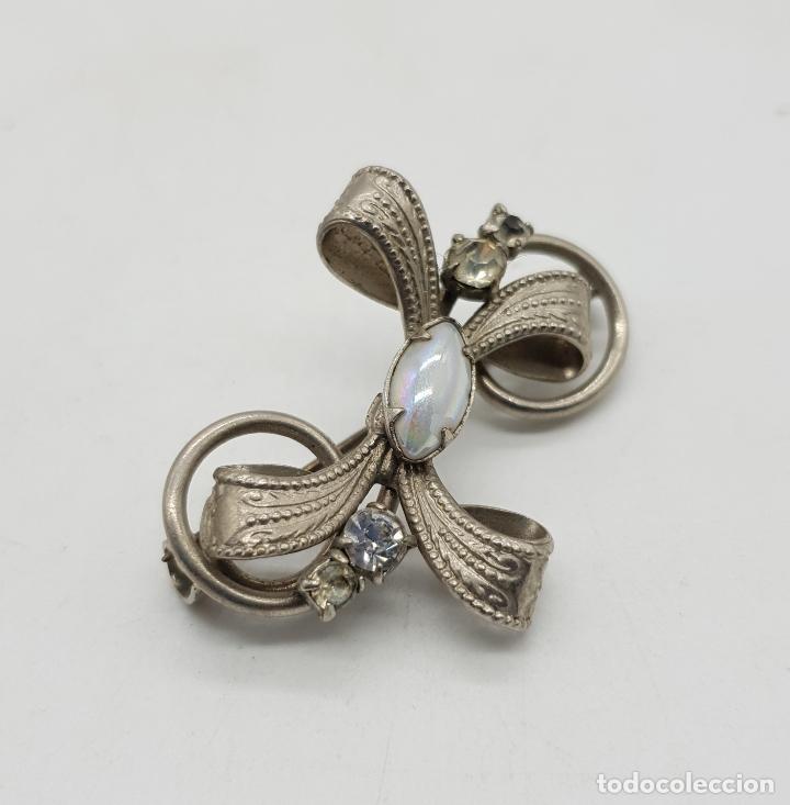 Joyeria: Broche antiguo con forma de lazo en metal plateado, circonitas y cabujón blanca nacarado . - Foto 2 - 144267266