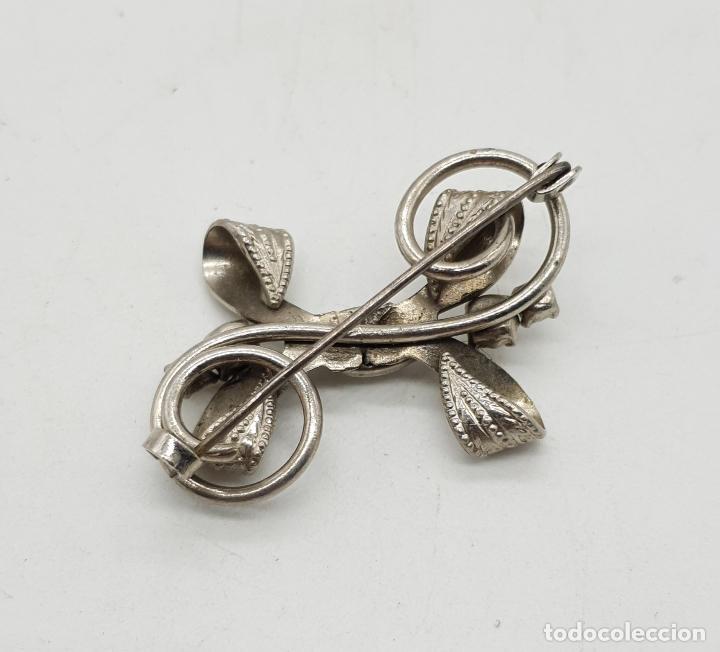 Joyeria: Broche antiguo con forma de lazo en metal plateado, circonitas y cabujón blanca nacarado . - Foto 3 - 144267266