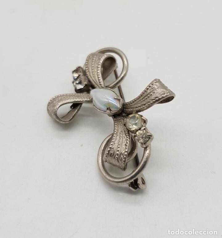 Joyeria: Broche antiguo con forma de lazo en metal plateado, circonitas y cabujón blanca nacarado . - Foto 4 - 144267266