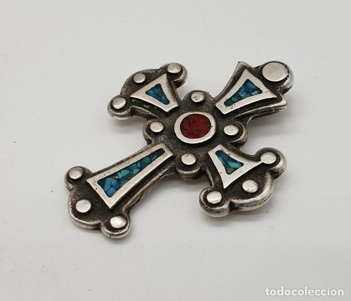 Joyeria: Cruz antigua trebolada de estilo gotico en plata de ley y aplicaciones de coral y turquesa . - Foto 2 - 144742014