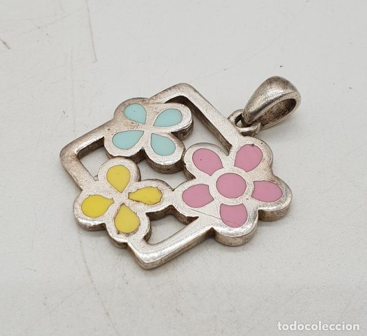 Joyeria: Colgante de plata de ley con flores esmaltadas en bellos tonos pastel, con contraste . - Foto 2 - 144770146