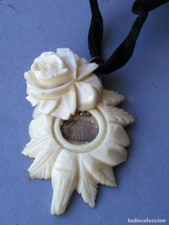 Joyeria: guardapelos con pequeña foto de santa, tallada de hueso en forma de rosa (4,5x3cm aprox) - Foto 2 - 144782546