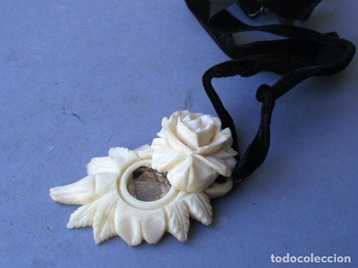 Joyeria: guardapelos con pequeña foto de santa, tallada de hueso en forma de rosa (4,5x3cm aprox) - Foto 3 - 144782546