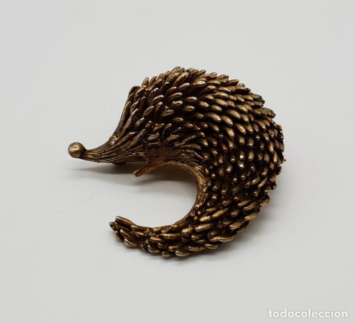 Joyeria: Broche antiguo en forma de erizo con acabado de oro viejo y circonita talla brillante por ojo . - Foto 4 - 145119126