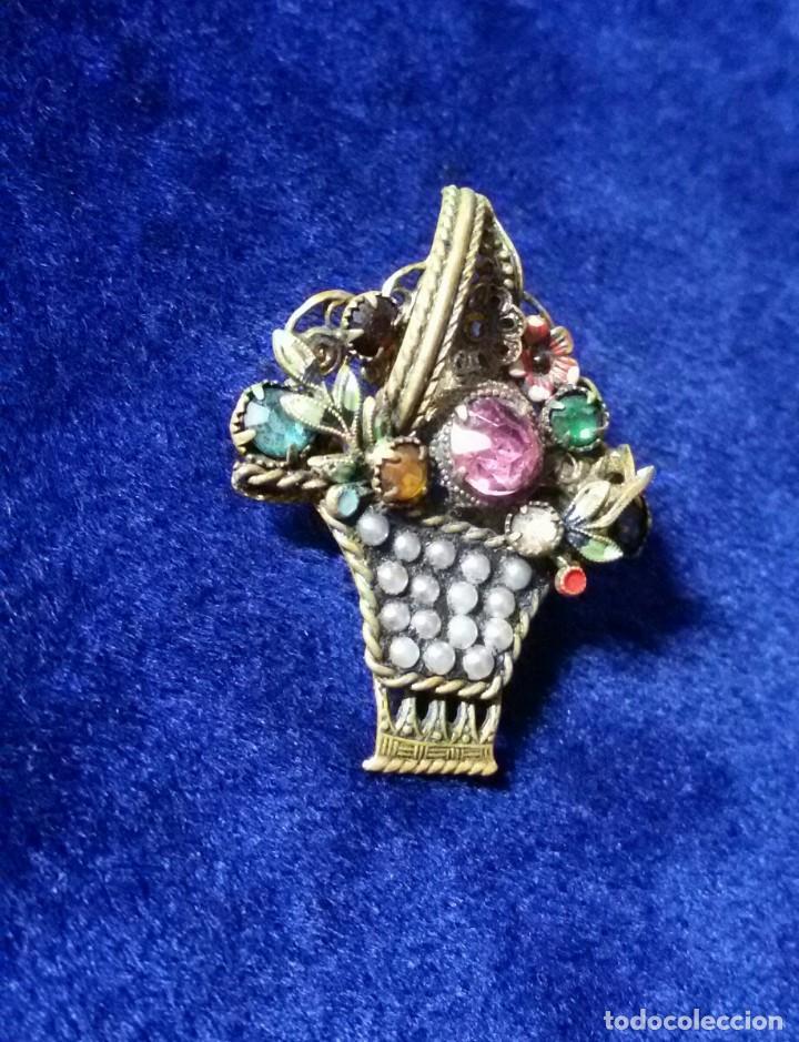 Joyeria: bonito y lucido broche vintage en forma de cesta con flores de cristal - Foto 2 - 146683330