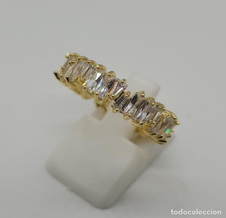 Joyeria: Lujosa sortija tipo alianza con acabado en oro de 18k y circonitas talla baguette y trapecio engarza - Foto 2 - 146943862