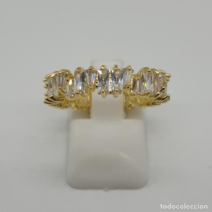 Joyeria: Lujosa sortija tipo alianza con acabado en oro de 18k y circonitas talla baguette y trapecio engarza - Foto 3 - 146943862