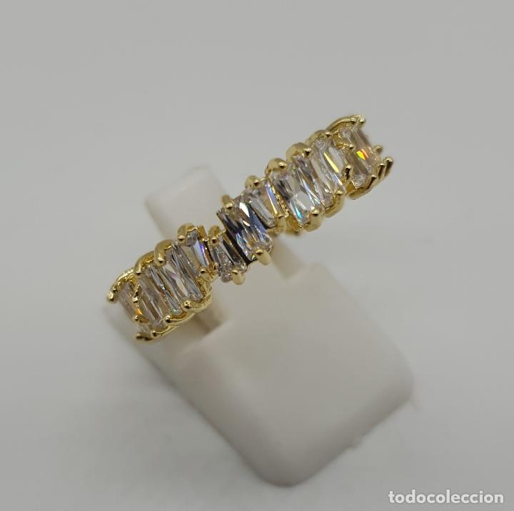 Joyeria: Lujosa sortija tipo alianza con acabado en oro de 18k y circonitas talla baguette y trapecio engarza - Foto 4 - 146943862