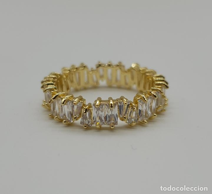 Joyeria: Lujosa sortija tipo alianza con acabado en oro de 18k y circonitas talla baguette y trapecio engarza - Foto 5 - 146943862
