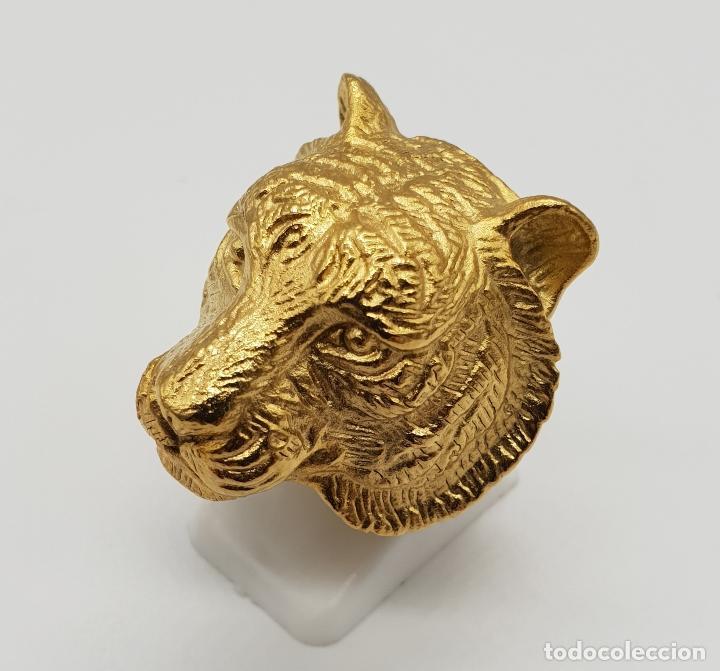 Joyeria: Gran anillo de caballero con cabeza de tigre blanco en relieve chapado en oro de 18k . - Foto 2 - 148801146