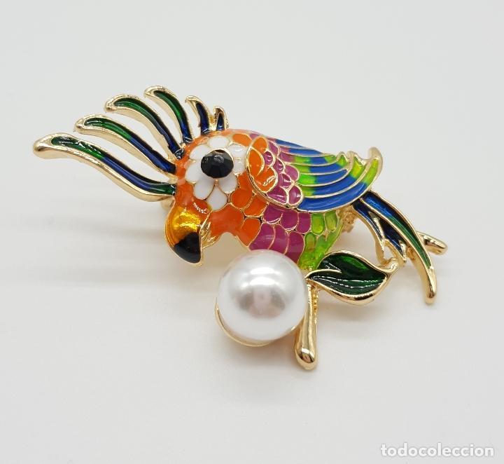Joyeria: Broche de estilo vintage con cacatúa en relieve, acabados en oro, esmaltes al fuego y perla . - Foto 3 - 150573846