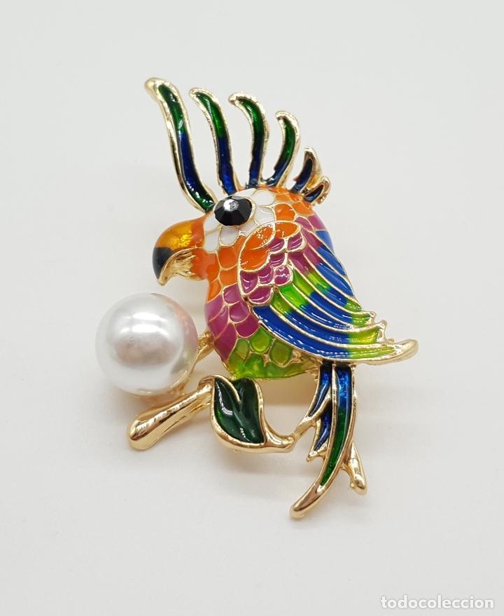 Joyeria: Broche de estilo vintage con cacatúa en relieve, acabados en oro, esmaltes al fuego y perla . - Foto 4 - 150573846