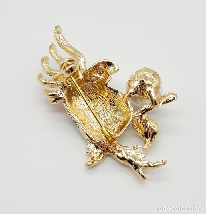 Joyeria: Broche de estilo vintage con cacatúa en relieve, acabados en oro, esmaltes al fuego y perla . - Foto 5 - 150573846
