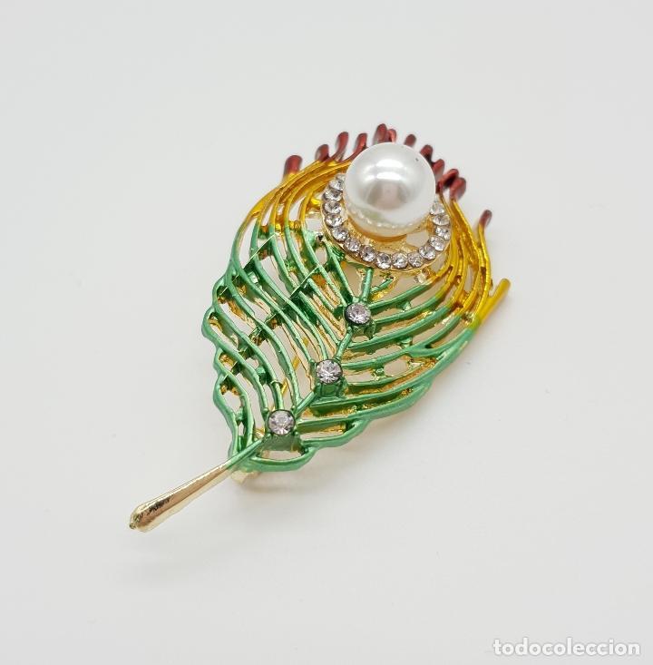 Joyeria: Bello broche con forma de pluma de pavo real, acabado en oro, esmaltes , circonitas y perla . - Foto 3 - 151556578