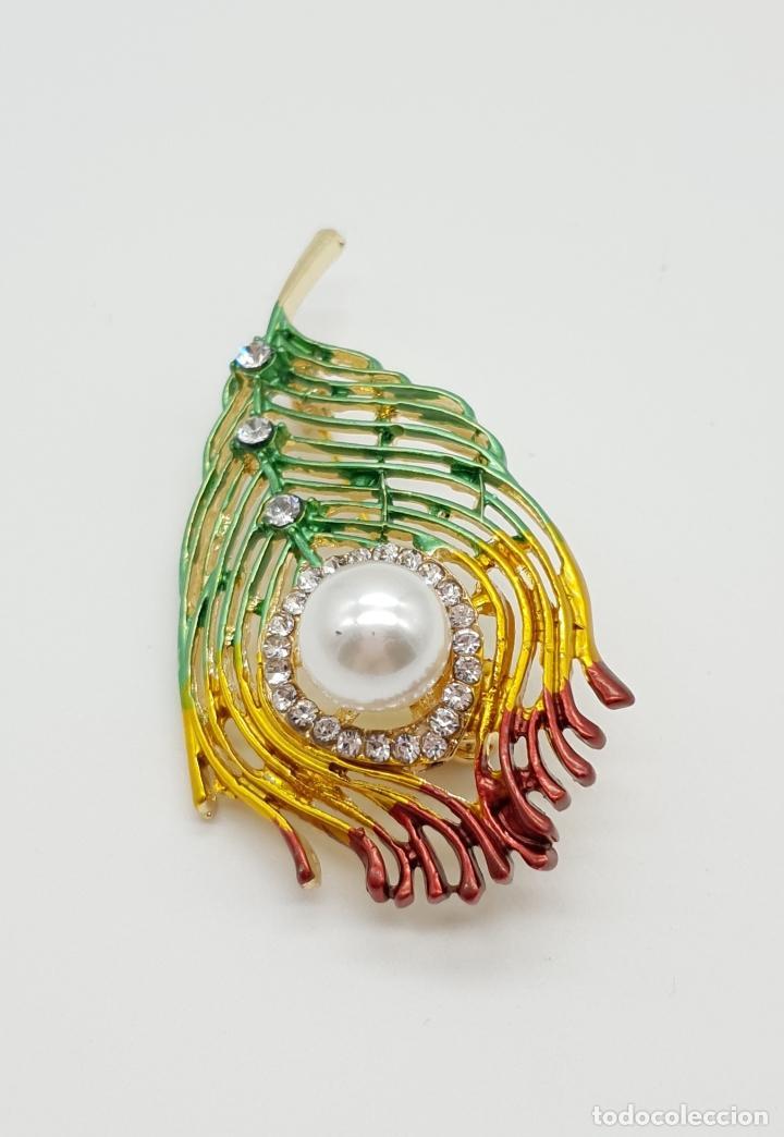 Joyeria: Bello broche con forma de pluma de pavo real, acabado en oro, esmaltes , circonitas y perla . - Foto 4 - 151556578