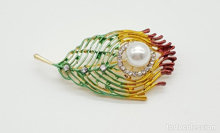 Joyeria: Bello broche con forma de pluma de pavo real, acabado en oro, esmaltes , circonitas y perla . - Foto 5 - 151556578