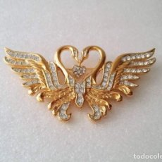 Joyeria: NOLAN MILLER - CLEAR SWAROVSKI CRYSTAL KISSING SWANS BROOCH - 22KT GOLD PLATED. Lote 151559938