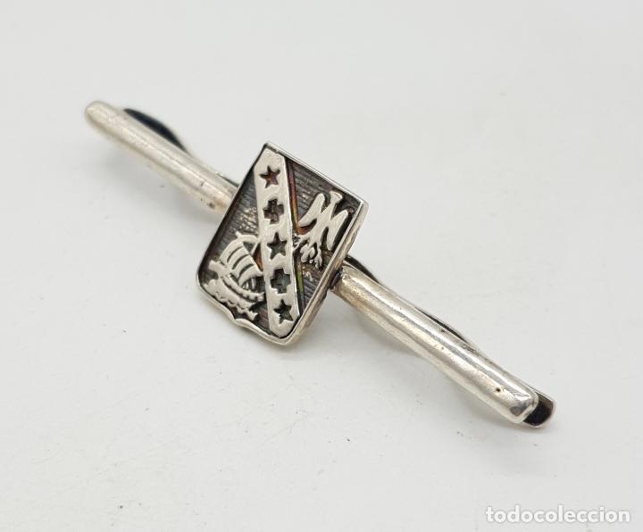 Joyeria: Elegante clip para corbata con escudo en plata de ley y grabados cincelados . - Foto 3 - 152683266