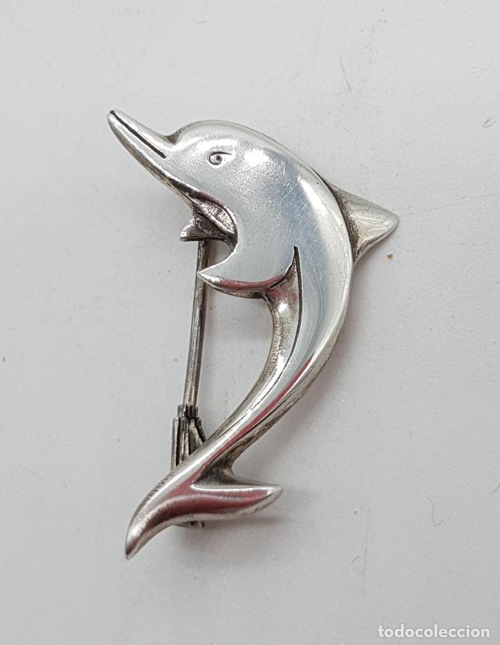 Joyeria: Broche antiguo en forma de delfín en plata de ley cincelada con contraste . - Foto 2 - 153549282