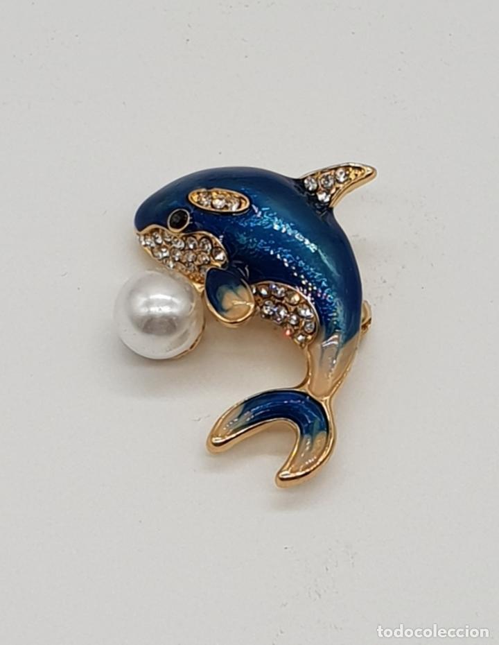 Joyeria: Original broche delfín con acabado en oro, esmaltes, pavé de circonitas talla brillante y perla . - Foto 2 - 175193592