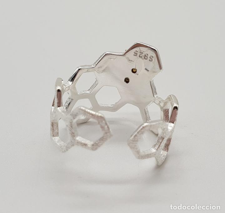 Joyeria: Anillo sofisticado de diseño minimalista en plata de de ley 925 y oro de 18k, abeja sobre panal . - Foto 5 - 154440570