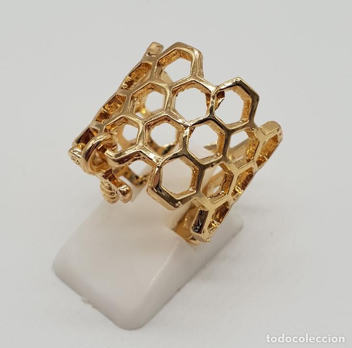 Joyeria: Bonito anillo calado en forma de panal con dije de abeja laminado en oro de ley . - Foto 2 - 201782338
