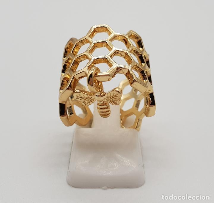 Joyeria: Bonito anillo calado en forma de panal con dije de abeja laminado en oro de ley . - Foto 3 - 201782338