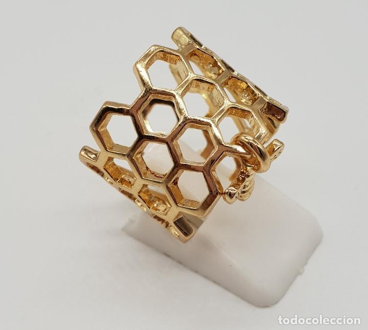 Joyeria: Bonito anillo calado en forma de panal con dije de abeja laminado en oro de ley . - Foto 4 - 201782338