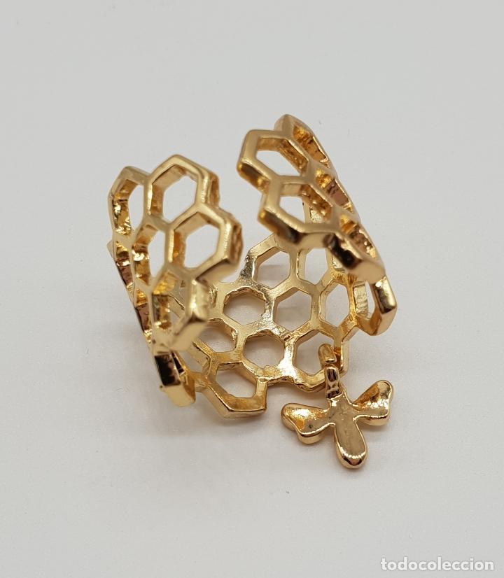 Joyeria: Bonito anillo calado en forma de panal con dije de abeja laminado en oro de ley . - Foto 6 - 201782338