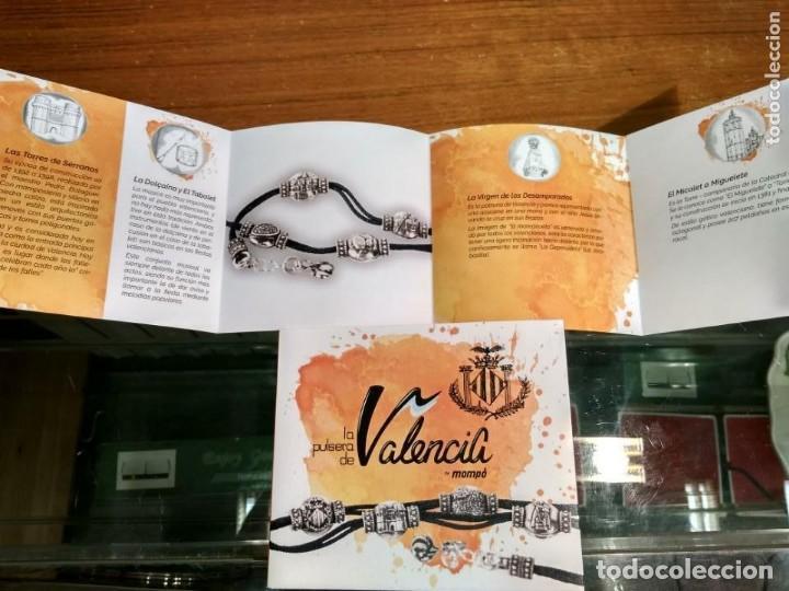 Joyeria: Ver descripción y notas. Lote 60 Pulseras de Valencia en Metal Plateado. Autor Nacho Mompó. - Foto 4 - 155244834