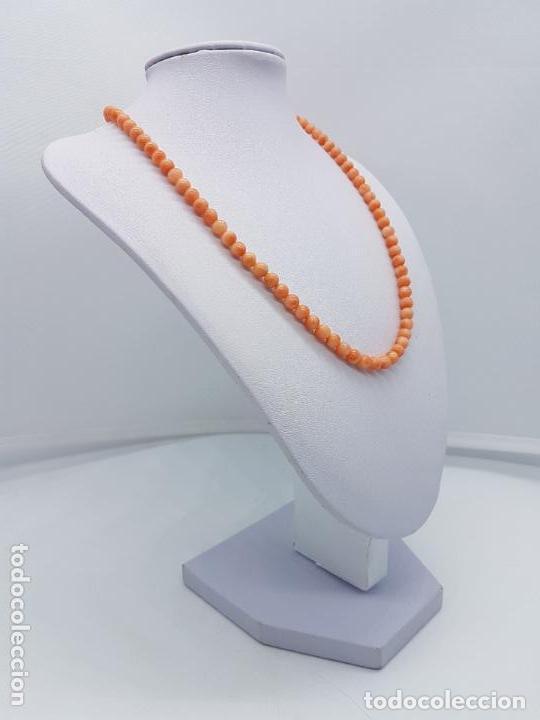 Joyeria: Preciosa gargantilla antigua de bolas talladas de coral naranja y enganche de plata de ley. - Foto 2 - 157174150