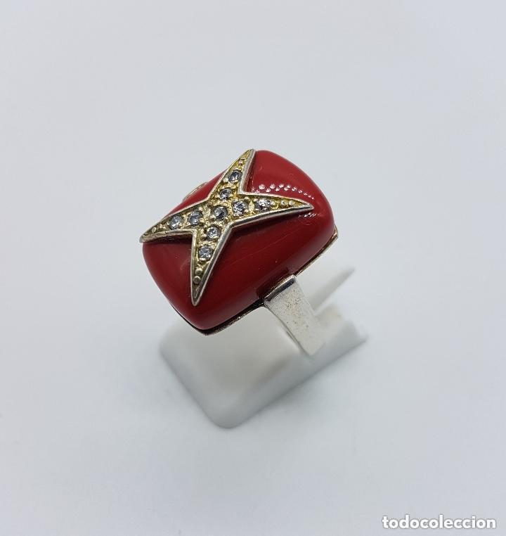 Joyeria: Antiguo anillo en plata de ley con gran cabujón rectangular color coral con cruz de circonitas. - Foto 2 - 158363146