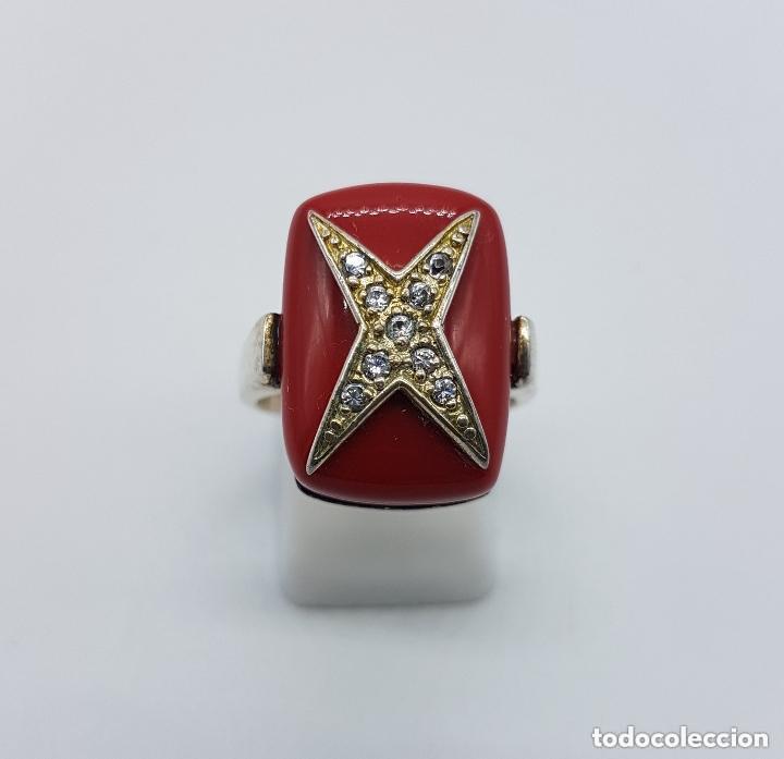 Joyeria: Antiguo anillo en plata de ley con gran cabujón rectangular color coral con cruz de circonitas. - Foto 3 - 158363146