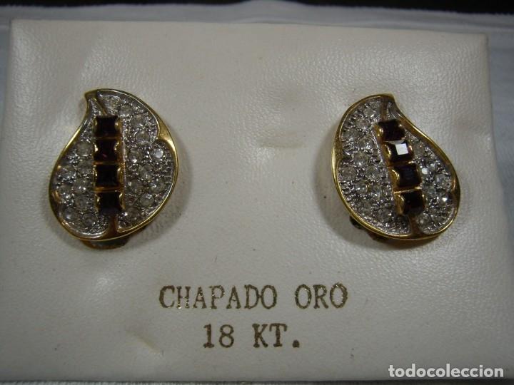 PENDIENTES CHAPADO ORO, CIRCONIOS, PIEDRA VIOLETA, 18 KT, AÑOS 80, CIERRE OMEGA, NUEVO SIN USAR. (Joyería - Pendientes Antiguos)