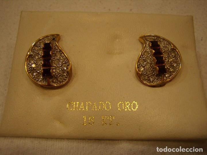 Joyeria: Pendientes chapado oro, circonios, piedra violeta, 18 Kt, años 80, cierre omega, Nuevo sin usar. - Foto 2 - 158426302