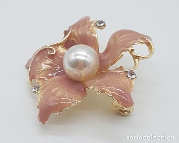 Joyeria: Elegante broche de flor con acabado en oro, esmalte al fuego rosa palo, circonitas y perla . - Foto 2 - 215470707