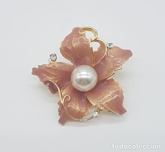 Joyeria: Elegante broche de flor con acabado en oro, esmalte al fuego rosa palo, circonitas y perla . - Foto 3 - 215470707