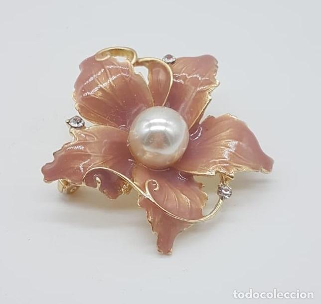 Joyeria: Elegante broche de flor con acabado en oro, esmalte al fuego rosa palo, circonitas y perla . - Foto 4 - 215470707