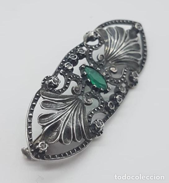 Joyeria: Broche antiguo isabelino en plata de ley bellamente cincelada, esmeralda y zafiros blancos . - Foto 2 - 158828994