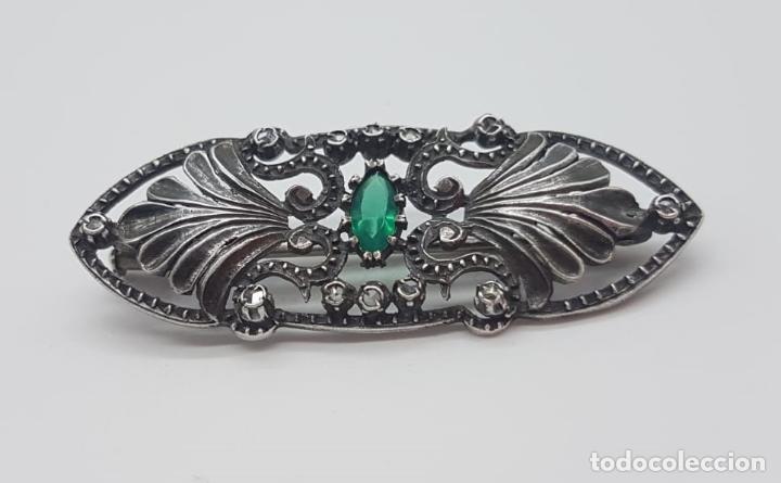 Joyeria: Broche antiguo isabelino en plata de ley bellamente cincelada, esmeralda y zafiros blancos . - Foto 3 - 158828994