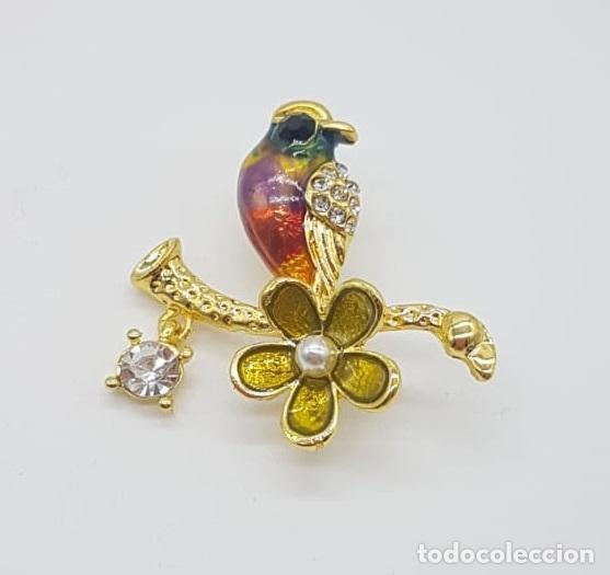 Joyeria: Broche de estilo vintage con forma de ave sobre rama acabado en oro, esmaltes, circonitas y perla . - Foto 3 - 158830614
