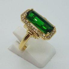 Joyeria - Elegante anillo de lujo tipo marquesa con acabado en oro de 18k, circonitas y esmeralda creada . - 158294150