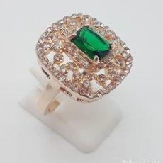Jewelry - Bello anillo de estilo rococo con acabado en oro, circonitas talla brillante y esmeralda creada . - 159798906