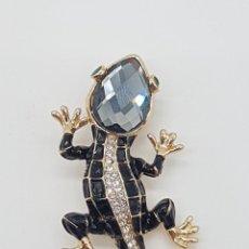 Jewelry - Elegante y sofisticado broche tipo Cartier, acabado en oro, esmaltes, circonitas y cristal austriaco - 162304130