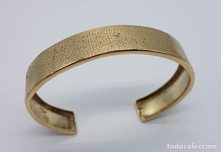 Joyeria: Elegante brazalete antiguo en plata de ley chapado en oro de 18k con acabado grabado . - Foto 2 - 163515934